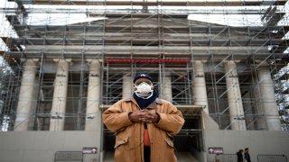 man wears facemask at jefferson memorial