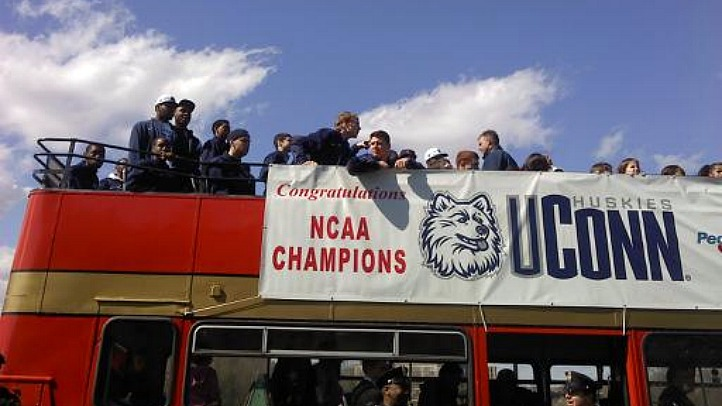 uconn parade team bus_722_406