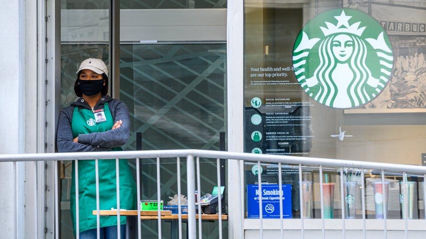Starbucks regalará café a trabajadores esenciales durante diciembre.