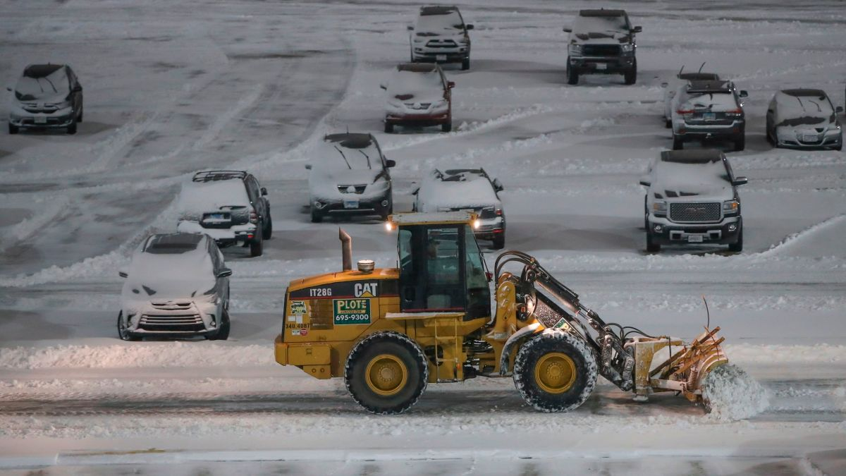 Snowstorm Prompts Airlines to Cancel Most NYC-Area Flights