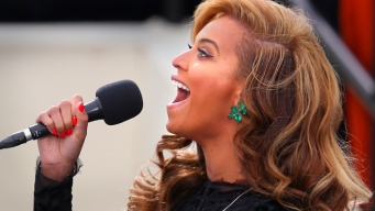 Beyonce Performs the National Anthem
