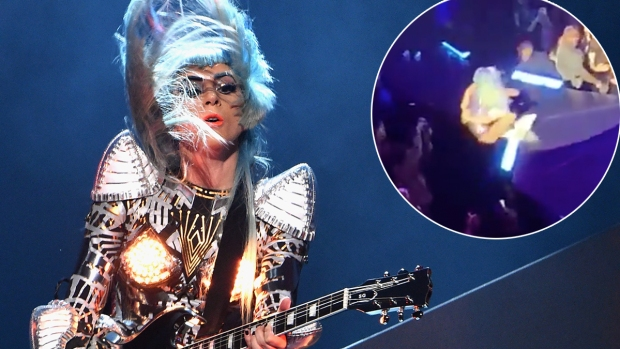 [NATL]    Lady Gaga falls off the stage at Fan & # 39; s Arms in Vegas Show
