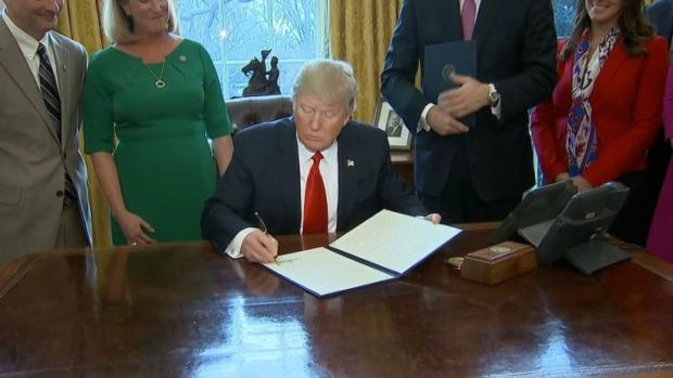 Trump Rolls Back Wall Street Regulations