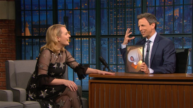 [NATL] 'Late Night': Elisabeth Moss Has a Cubs 'Handmaid's Tale' Bonnet