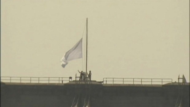 [NY] Suspects Sought in Brooklyn Bridge White Flag Mystery