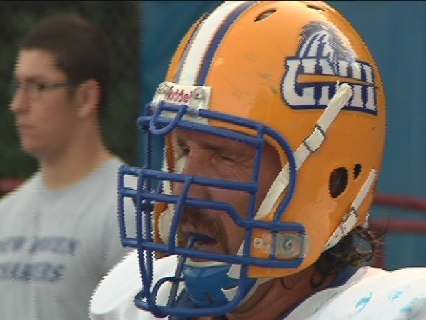 [HAR] 45-Year-Old Football Player Joins College Team