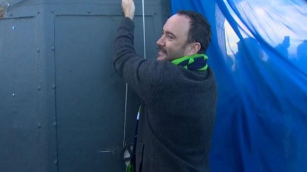 Dave Matthew Raises 12th Man Seahawks Flag