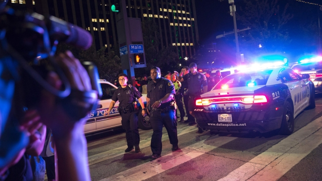 [NATL-DFW] Dramatic Photos: Deadly Sniper Attack in Downtown Dallas