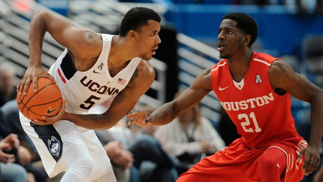 Houston Holds UConn to 12 Points in First Half