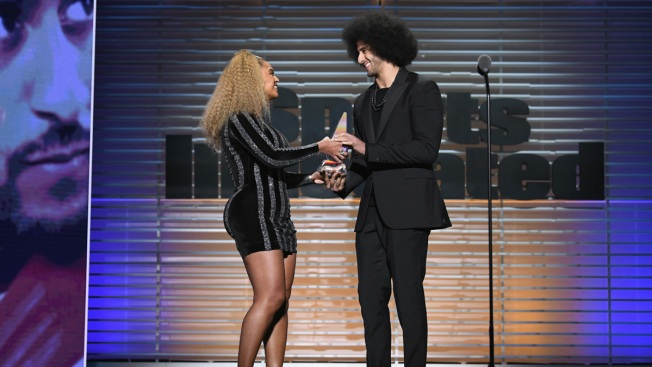 Beyonce Presents Kaepernick With SI's Muhammad Ali Award