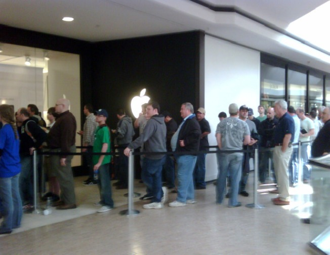 Hundreds Up Bright And Early For Apple iPad