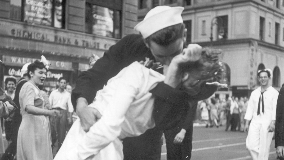 POSTWAR END OF WWII TIMES SQUARE STREET SCENE PEOPLE REACTING LAUGHING COUPLE KISSING SAILOR NURSE CELEBRATING JAPANESE SURRENDER V-J DAY VICTORY