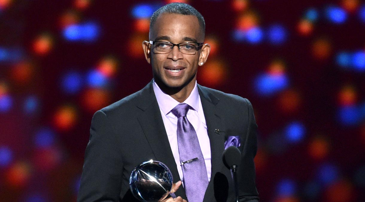 Sportscaster Stuart Scott accepts the Jimmy V award for perseverance, at the ESPY Awards at the Nokia Theatre on Wednesday, July 16, 2014, in Los Angeles. (Photo by John Shearer/Invision/AP)