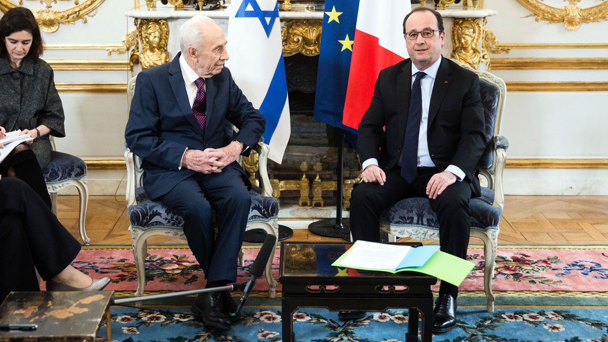 Former Israeli President Shimon Peres (L) meets French President Francois Hollande during a meeting at the Elysee Palace in Paris, on March 25, 2016.