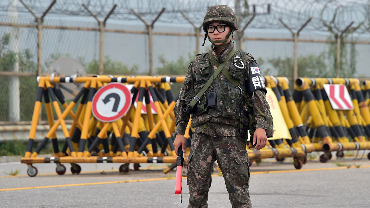 A South Korean soldier stands on the road leading to North Korea's Kaesong joint industrial complex at a military checkpoint in the border city of Paju on August 21, 2015.