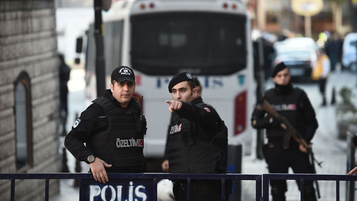 Turkish police cordon off the Blue Mosque area on January 12, 2016 after a blast in Istanbul's tourist hub of Sultanahmet left 10 people dead.
