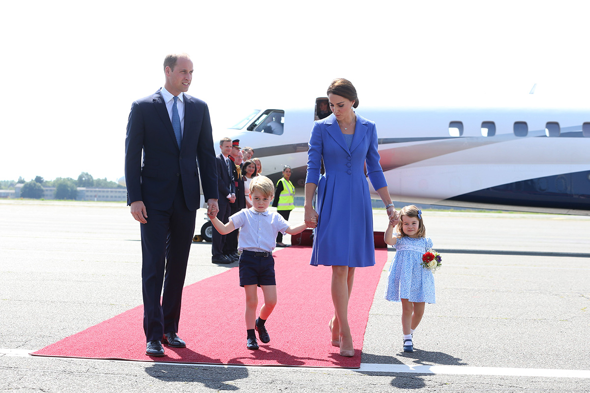 BERLIN, GERMANY - JULY 19: Prince William, Duke of Cambridge, Catherine, Duchess of Cambridge with Prince George of Cambridge and Princess Charlotte of Cambridge as they arrive at Berlin Tegel Airport during an official visit to Poland and Germany on July 19, 2017 in Berlin, Germany. (Photo by Ian Vogler - Pool/Getty Images)