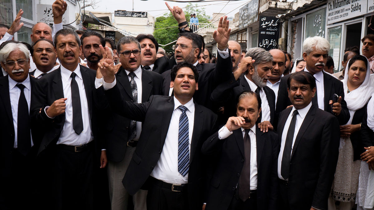 Pakistani lawyers chant slogans to condemn Monday's suicide bombing, in Islamabad, Pakistan, on Aug. 9, 2016. Pakistani lawyers are mourning colleagues slain in a shocking suicide bombing the previous day in the southwestern city of Quetta that killed and wounded scores of people, mostly lawyers.