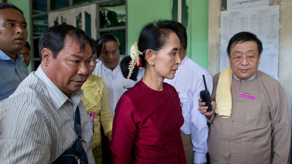 Myanmar's National League for Democracy party leader Aung San Suu Kyi, center, arrives at a polling station to vote in Yangon, Myanmar, Sunday, Nov. 8, 2015. Myanmar voted Sunday in historic elections that will test whether popular mandate can loosen the military's longstanding grip on power, even if opposition leader Suu Kyi's party secures a widely-expected victory.