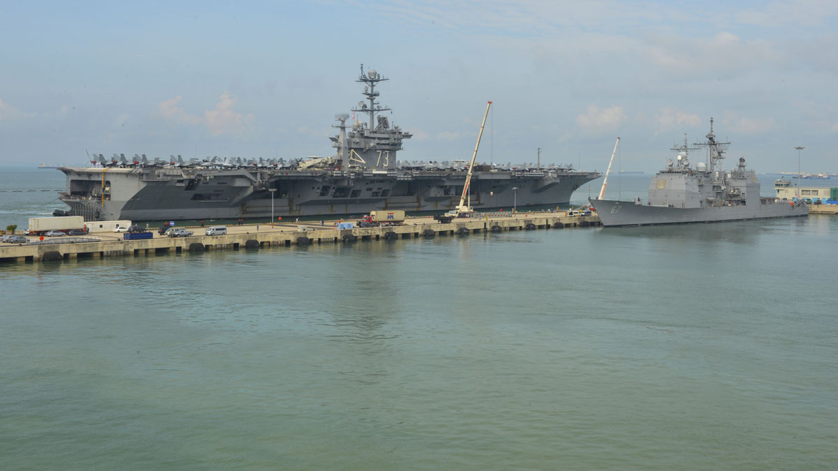 Forward-deployed aircraft carrier USS George Washington (CVN 73) and Ticonderoga-class guided-missile cruiser USS Shiloh (CG 67) moor in Singapore for a scheduled port visit in June 2014.