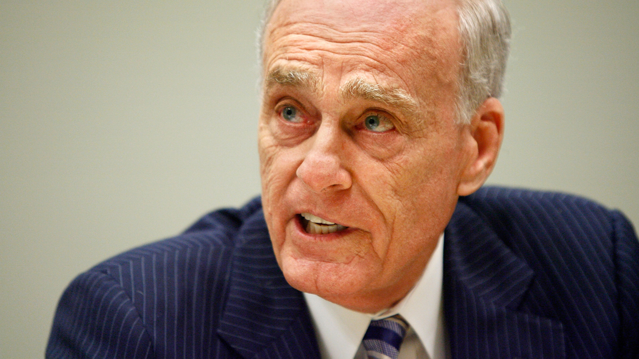 Former Los Angeles prosecutor Vincent Bugliosi testifies before the House Judiciary Committee during a hearing on the