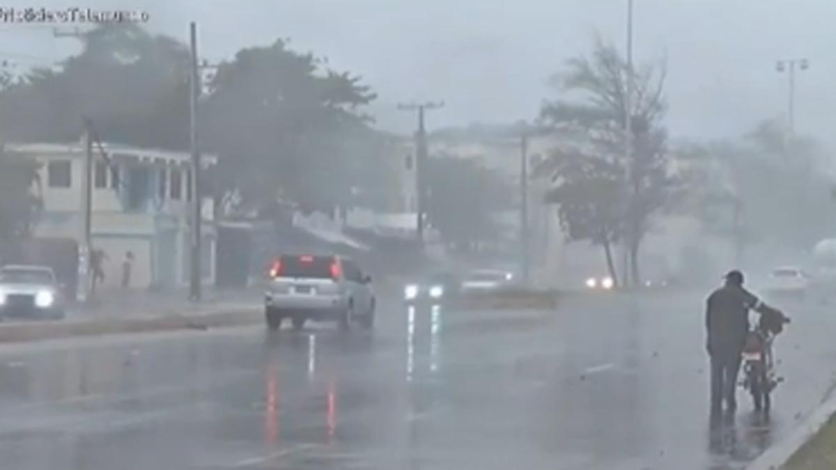 Los que queda de la tormenta tropical se acerca al sur de Florida, sin fuerza, pero con abundante agua.