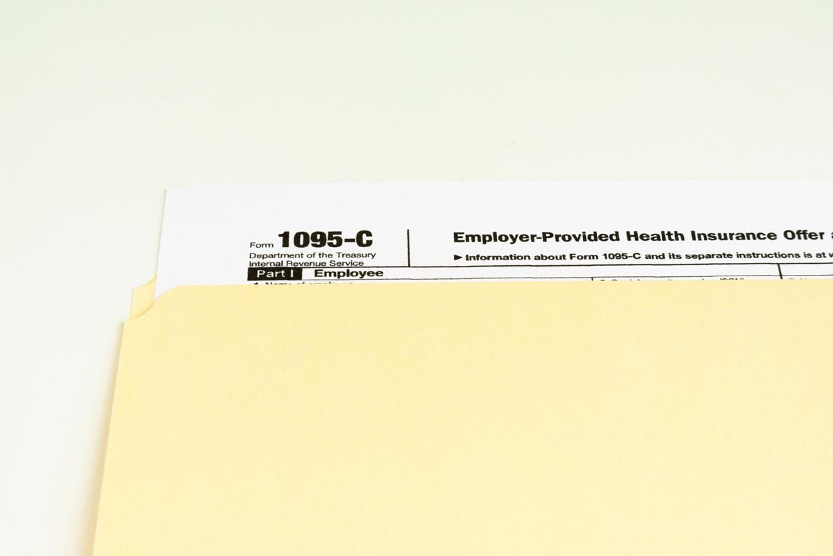 Al igual que los formularios W-2 y 1099 (que incluye los períodos de su empleo), 'estos nuevos formularios, 1095, serán provistos al IRS por la entidad que le provee el formulario a usted', de acuerdo a la repartición federal.