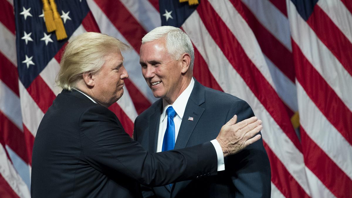 Trump saluda a su compañero de fórmula, el gobernador de Indiana, Mike Pence, tras la presentación oficial en Nueva York, el sábado.